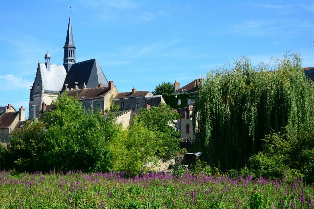 La haute église Saint-Jean Baptiste vue depuis les rives de l'Indrois.