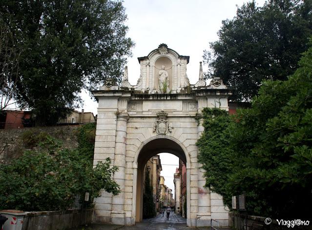 Porta Romana è una delle due porte di accesso al centro storico di Sarzana