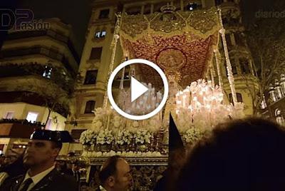 Macarena en Campana a pie de paso durante la Madrugada del año 2017 en la semana santa de sevilla, quedando grabado el momento en que Antonio Santiago ordena a sus costaleros y el palio de la Virgen entra a la calle sierpes