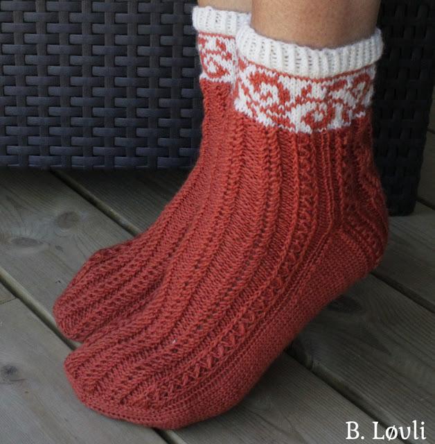 strikkeoppskrift på sokker med fletter