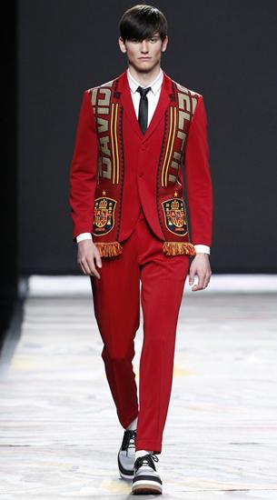 traje hombre bufanda con escudo David Delfín otoño invierno