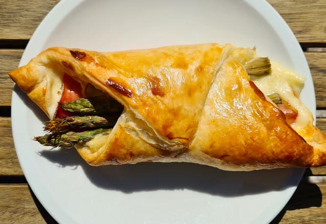 Ein Rezept, zwei Varianten: Blätterteig-Taschen mit grünem Spargel und Blätterteig-Taschen mit Paprika. Als warmes Mittagessen oder kalt als Snack, Picknick oder Beitrag fürs Party-Buffet: Die gefüllten Taschen sind ein Erfolg!