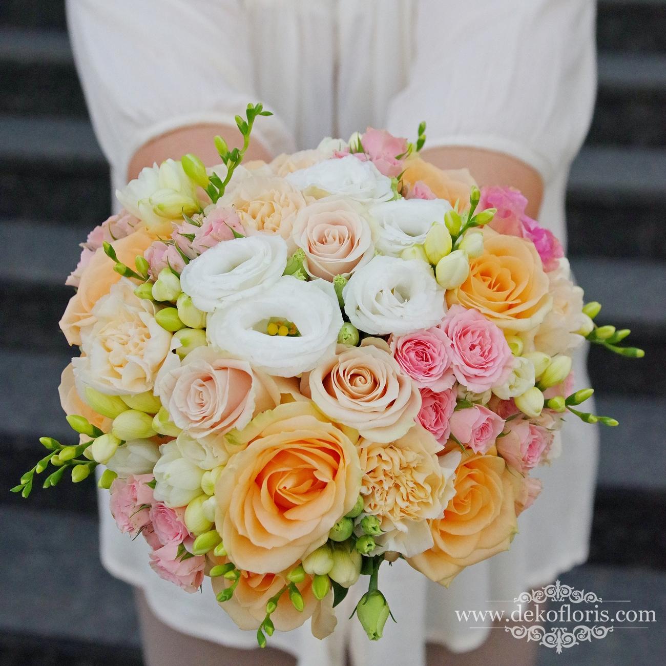 Brzoskwiniowo różowy bukiet ślubny Panny Młodej róże frezje i goździki