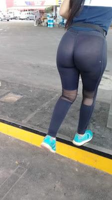 Hermosa edecan nalgona con leggins transparentes