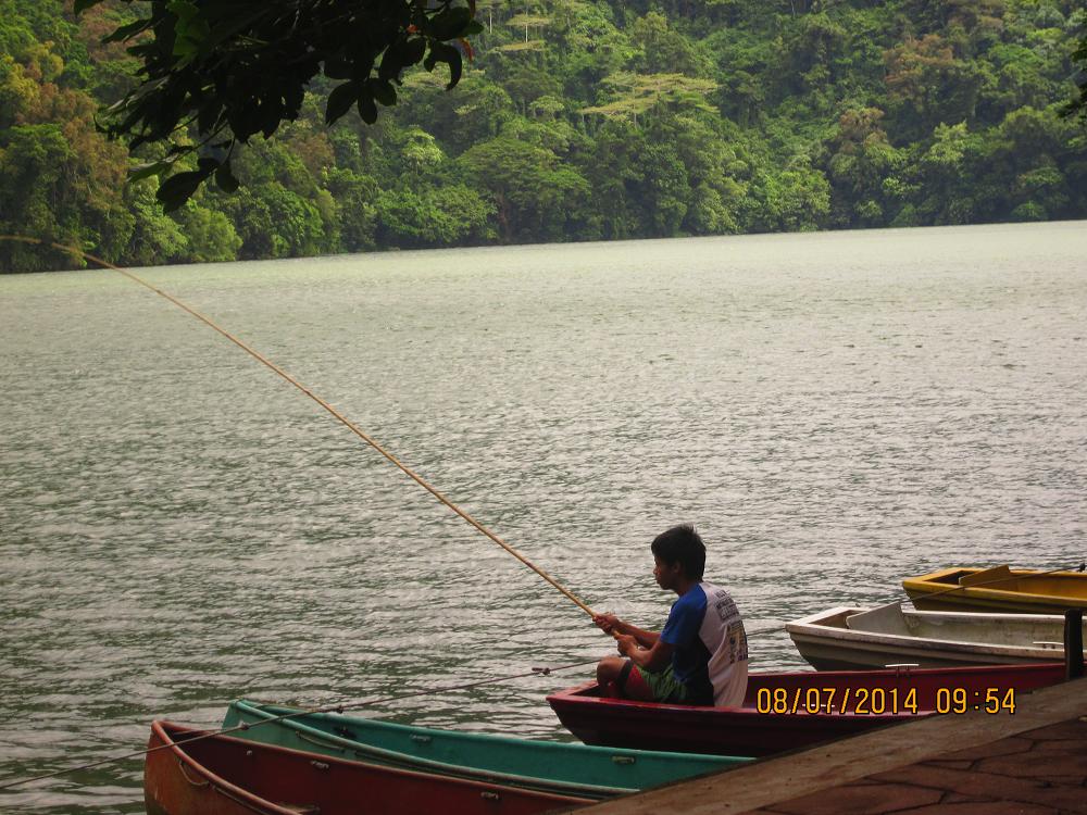 bulusan lake in bulusan sorsogon