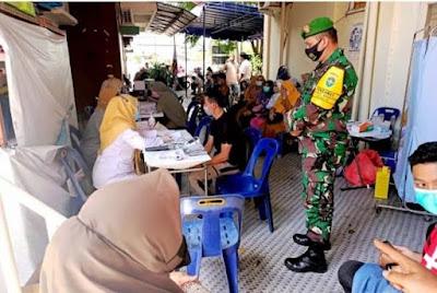 TNI Babinsa Posramil Banda Raya Dampingi Petugas Puskesmas Suntik Vaksin Covid-19