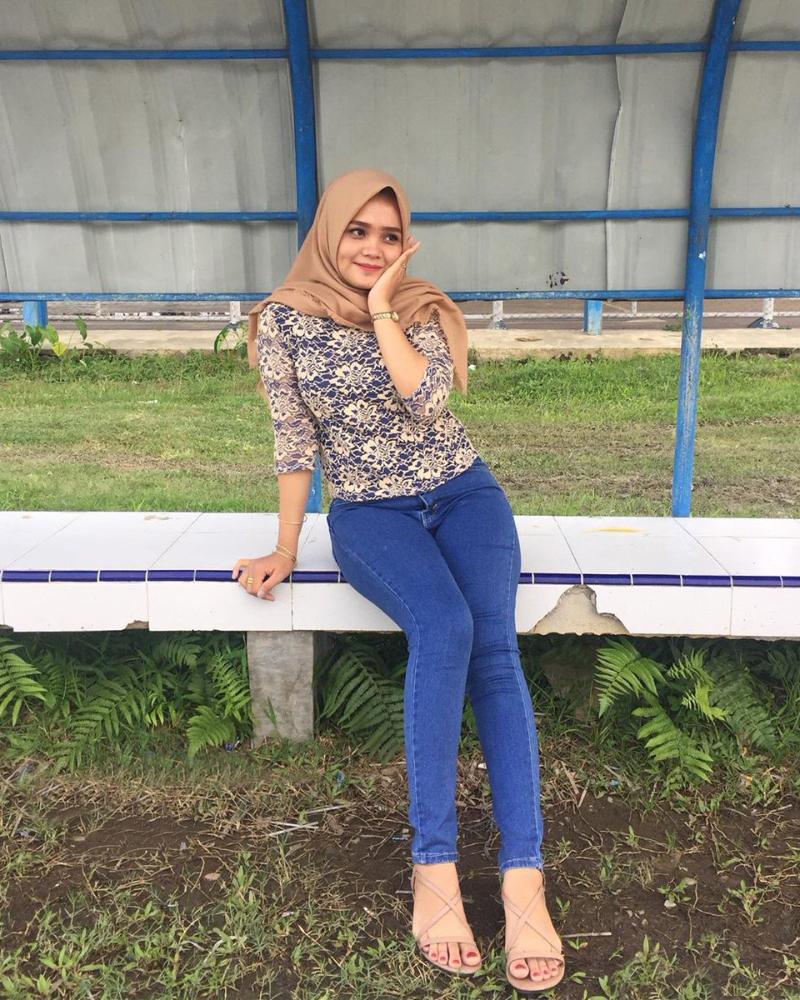 Celana Jeans ketat dan Hijab lengan indah