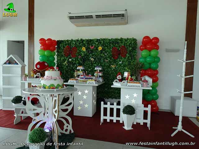 Decoração de mesa de aniversário tema Tinker Bell com muro inglês