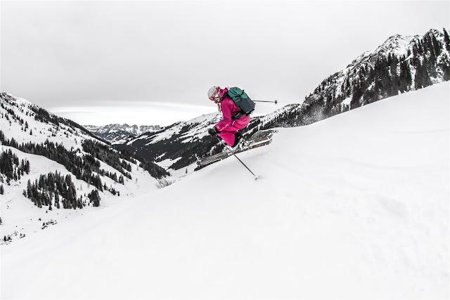 Sprung mit den Skien im freien Gelände
