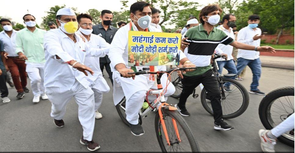 जयपुर: देश में बढ़ती महंगाई को लेकर कांग्रेस पार्टी आक्रामक, मोदी सरकार के विरोध में निकाली साइकिल रैली