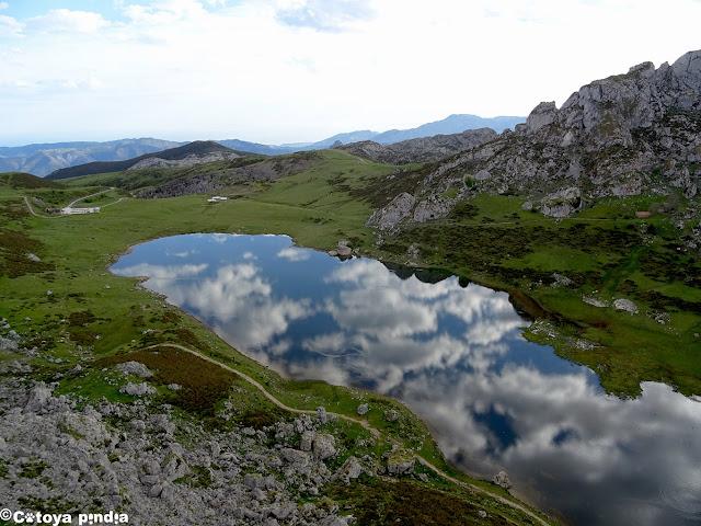 La nubes se reflejan en el Lago Ercina.