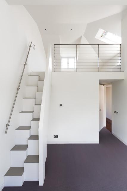 Ide Desain Tangga Ruang Sempit Putih