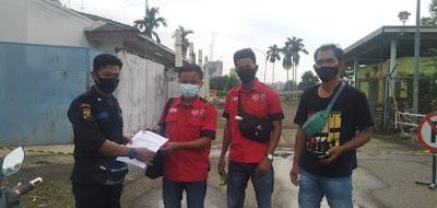 Keterangan foto: Pengurus SERBUK PT SRM menyerahkan surat kepada Pimpinan PT MHP dan TEL terkait berbagai pelanggaran yang dilakukan oleh PT SRM