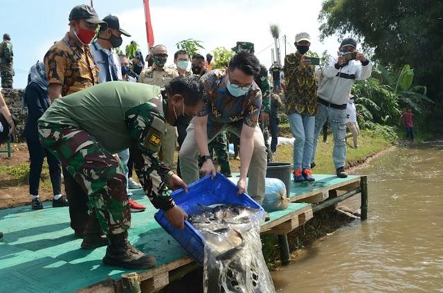 Pangdam III/Siliwangi Tebar Ribuan Ikan di DAS Citarum