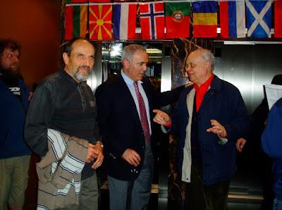Los ajedrecistas Guillem Buxadé, Garri Kaspárov y Jaume Anguera en 2014