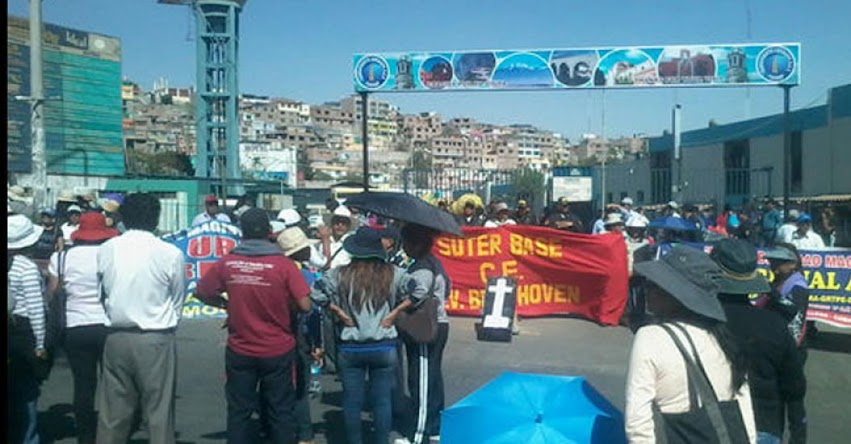 Maestros mantienen huelga indefinida pese al anuncio del aumento de sueldo a S/ 2 mil
