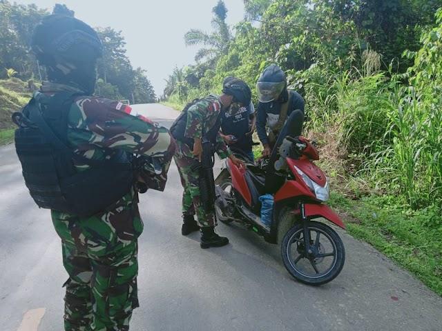 HADIRKAN SUASANA KONDUSIF, SATGAS PAMTAS RI-PNG YONIF RAIDER 100/PS GELAR KEGIATAN SWEEPING