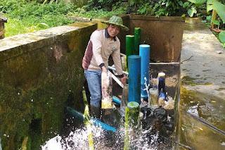 Sudiyanto mengecek instalasi pompa air hydram di Dusun Glempang, Desa Kotayasa, Kecamatan Sumbang, Kabupaten Banyumas, Jawa Tengah, Kamis (10/9/2020) lalu | Foto: Kompas.com/Fadlan Mukhtar Zain