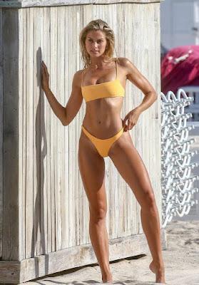 Австралійська модель Наталі Джейн Росер в бікіні на пляжі Майамі-Біч.