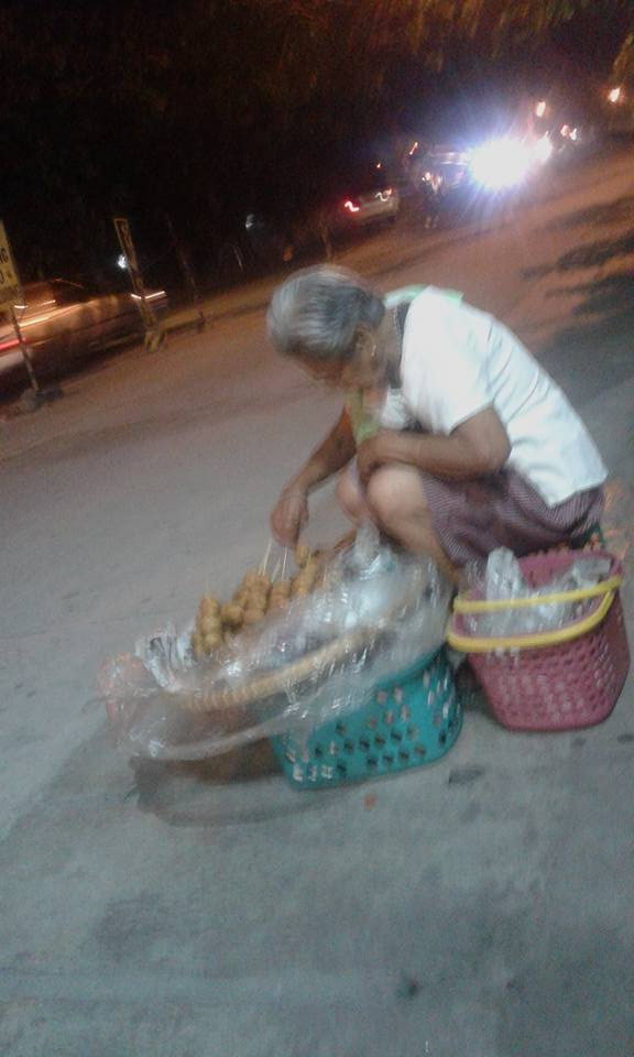 Netizens Band Together To Help This Poor Sickly Old Lady Who Sells Food Just to Buy Medication