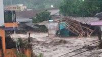 Banjir Bandang Menjebol Bangunan di Cibuntu Cirurug dan menyeret kendaraan