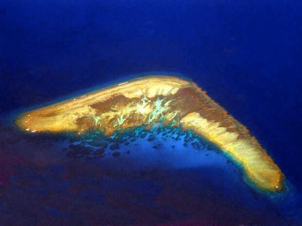 Hòn đảo nhìn giống món vũ khí boomerang thuộc quần đảo Trường Sa, Việt Nam. Quần đảo cũng có có hơn 750 rạn san hô, các đảo nhỏ, đảo san hô, cồn cát… có hình thù đặc sắc khác.