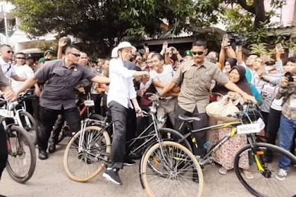 Jokowi Nyaris Jatuh dari Sepeda Saat Salaman dengan Warga di Semarang
