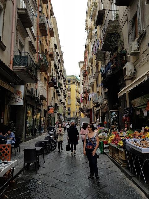 napoli vicoli quartieri spagnoli