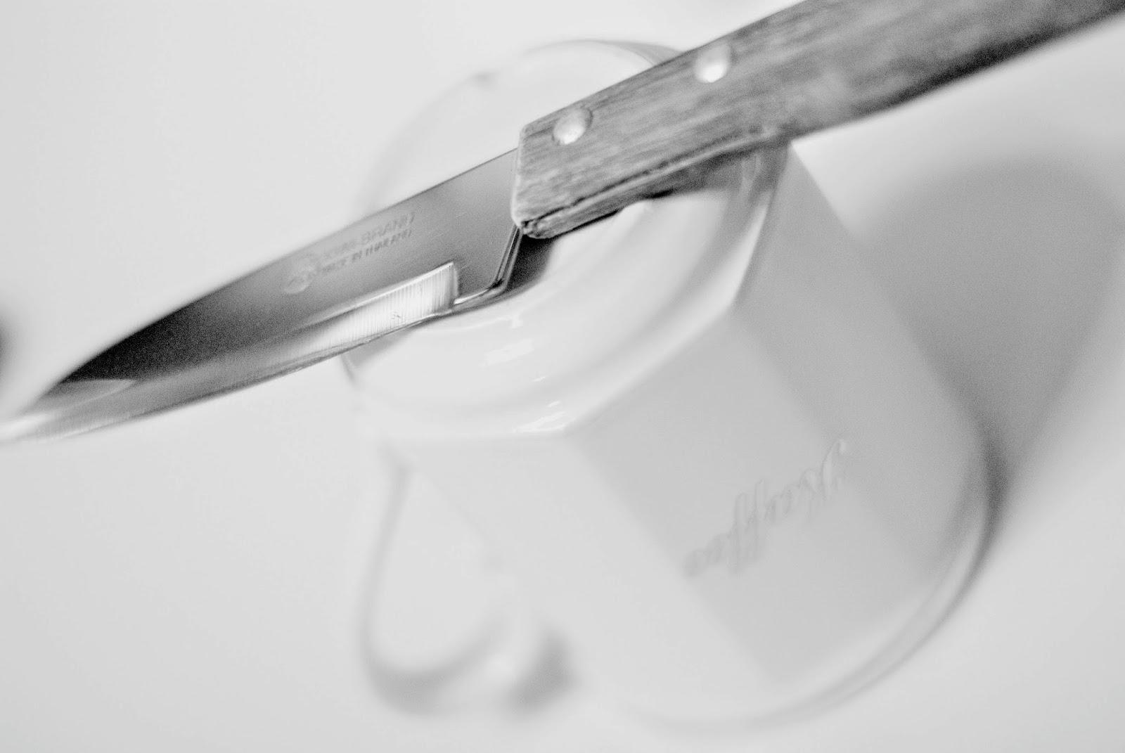 Messer schärfen an der Kaffeetasse