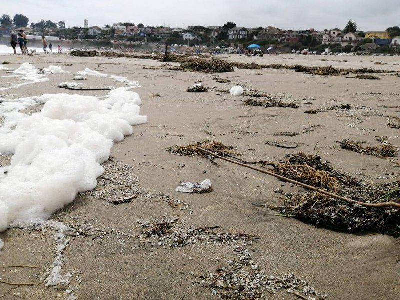 Playas de El Tabo se llenaron de espuma blanca