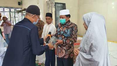 Suwirpen Suib Dt. Kayo menyerahkan Alquran secara simbolis di Masjid Nurul Yaqin Batu Banyak