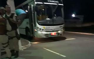 Ônibus é atacado a tiros