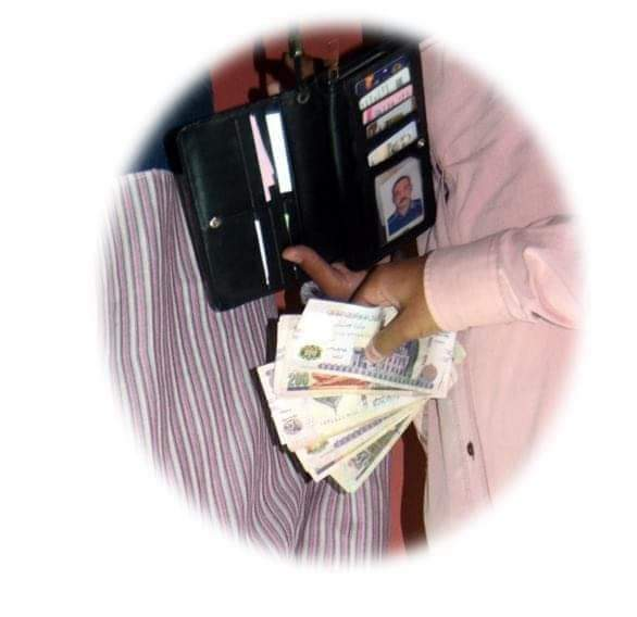 السائق الامين بجامعة سوهاج أعادة 5 الاف جنيه لصاحبها ورفض المكافأة