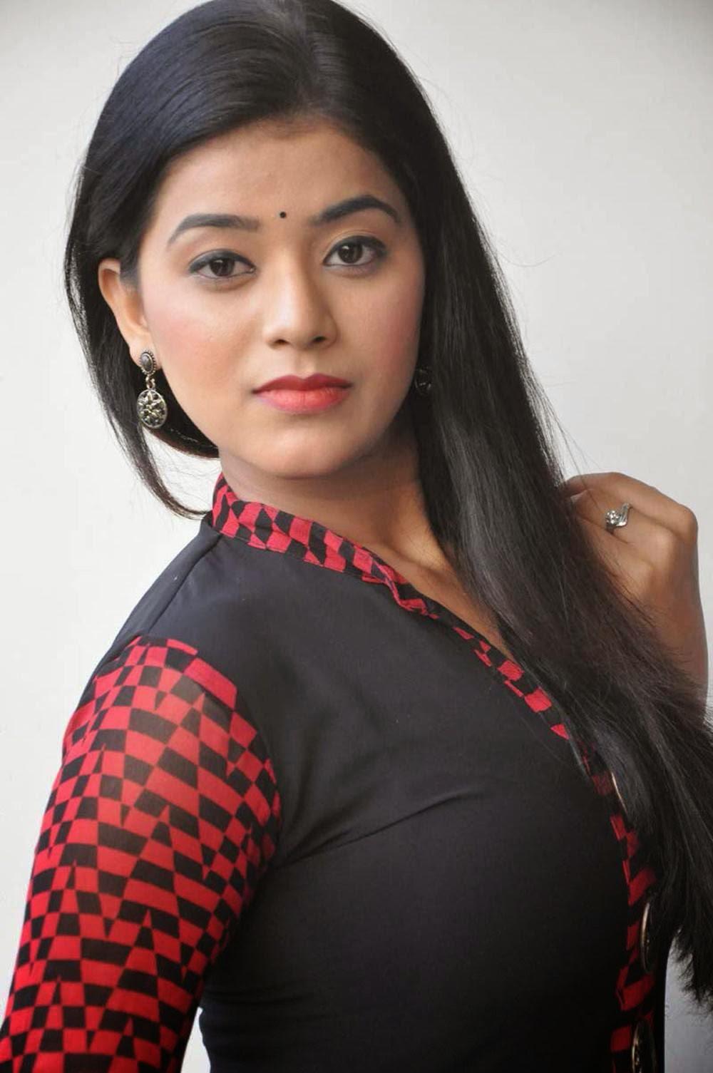 Actress Yamini Bhaskar Hd Wallpapers Free Download
