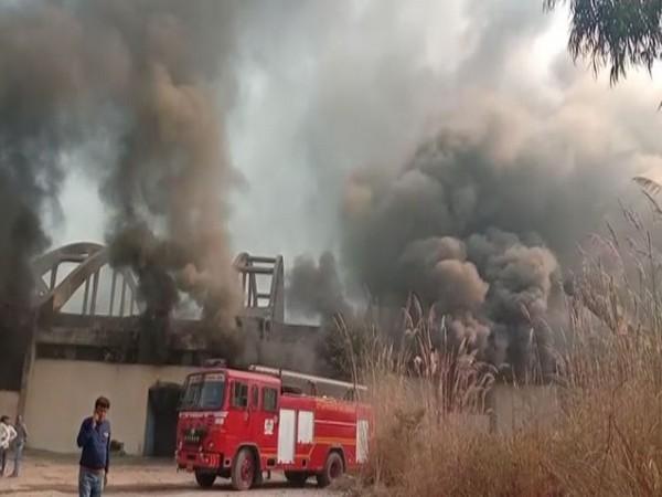 UP: Ghaziabad के Dasna इलाके में एक फैक्ट्री में आग। लगी।