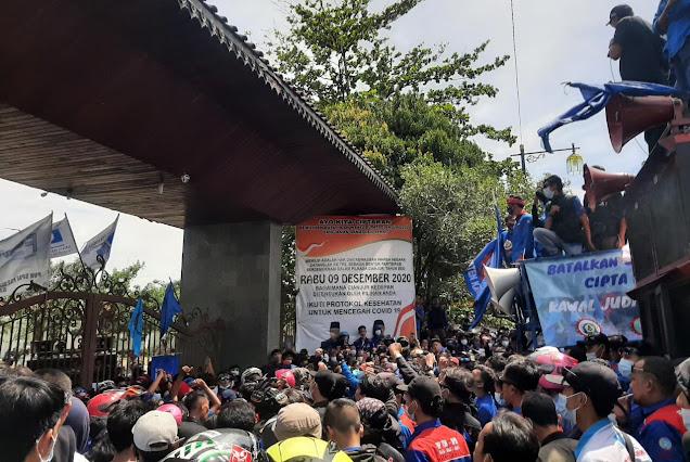 Ribuan Buruh Cianjur Demo Meminta UMK 2021 Naik 8 Persen
