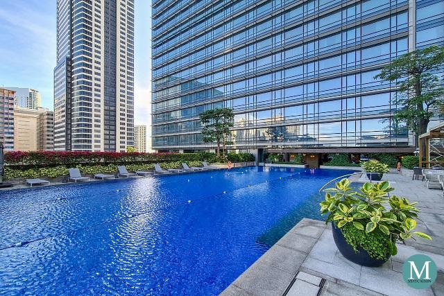 Outdoor swimming pool at Shangri-La The Fort, Manila