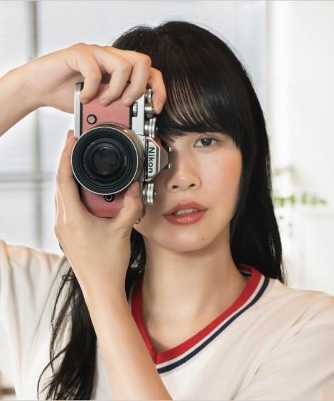 Девушка с фотоаппаратом Nikon Zfc