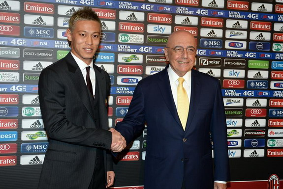 New signing Keisuke Honda poses with AC Milan Vice-President Adriano Galliani during his unveiling