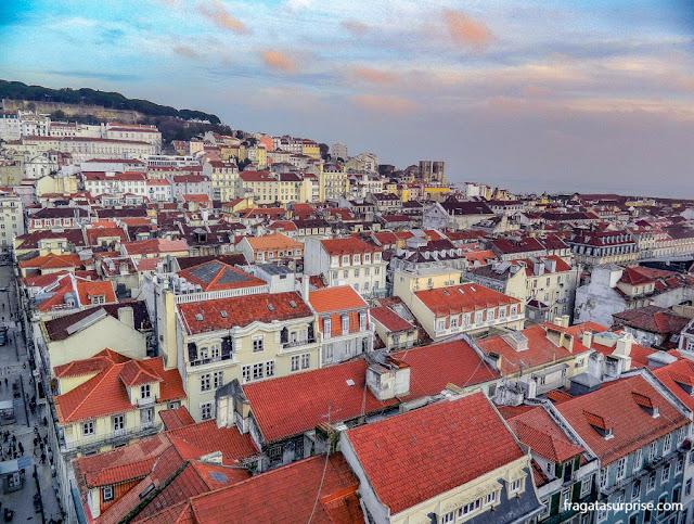 As torres da Sé Catedral de Lisboa e os telhados da Baixa vistos do terraço do Elevador de Santa Justa