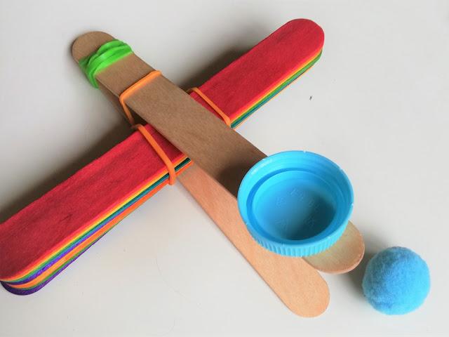 Fazer catapultas com paus de gelado e elásticos
