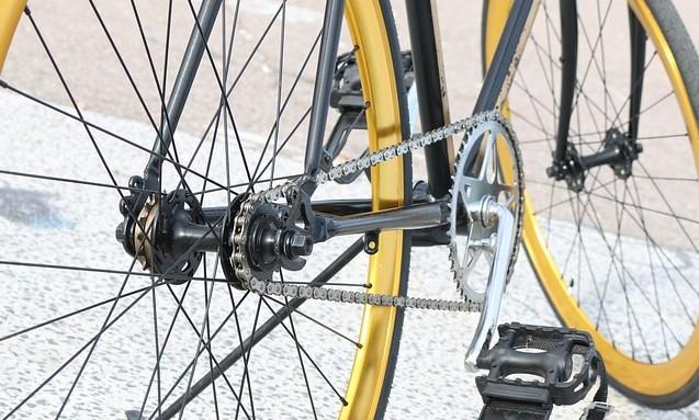Contoh Soal Hubungan Roda Roda yang Dihubungkan dengan Rantai atau Seutas Tali