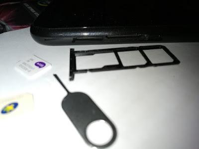 tatakan SIM Card dan micro SD