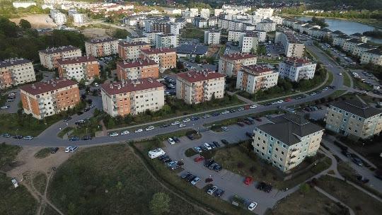Miejsca postojowe wybudowane, a auta zaparkowane na ulicy - Czytaj więcej »
