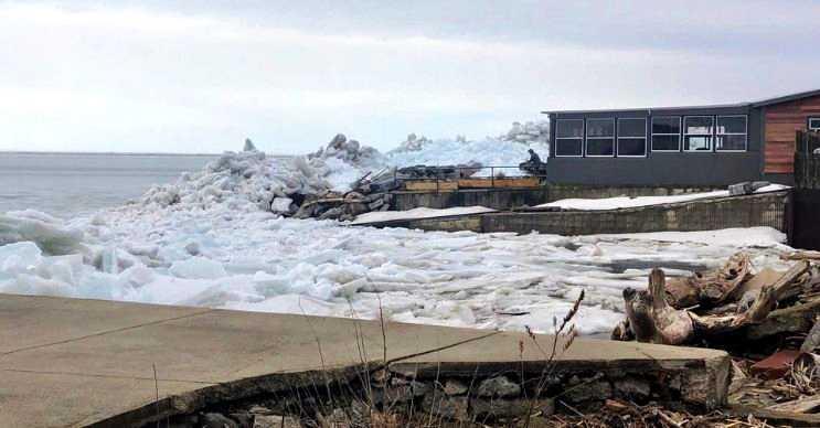 Buz tsunamisi rüzgarlar tarafından sürüklenen buzlar yüzünden oluşur.