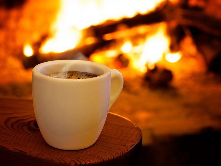 Ejemplo clásico de la transferencia de calor, una taza con líquido caliente sobre una mesa