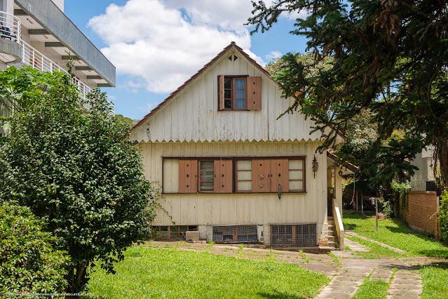 Casa de madeira na Rua Nilo Peçanha