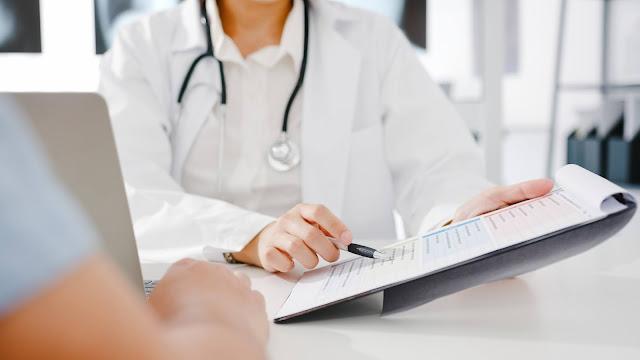 Doctor con el paciente