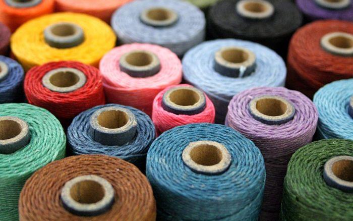 Hilos de colores en fábrica textil