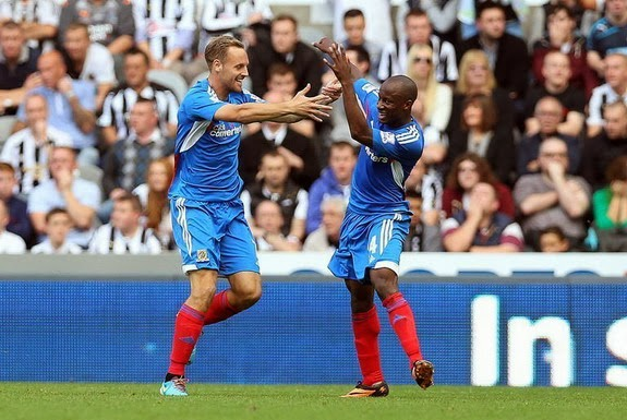 Sone Aluko celebrates his winning goal against Newcastle with Hull teammate David Meyler